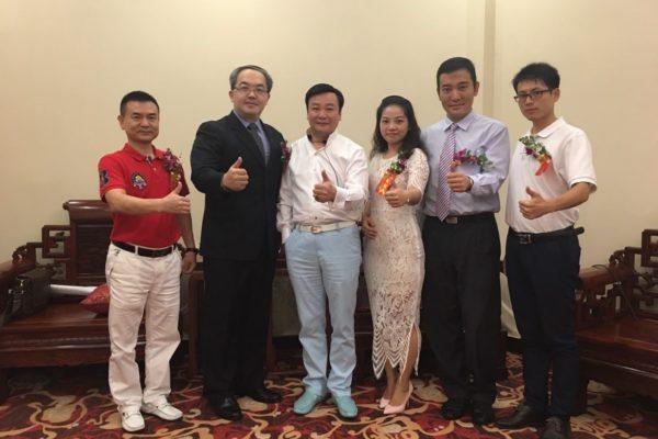 李院長與洪東集團創辦人謝洪東 總裁(中)及廣州皮膚科梁勇 院長(左)合照